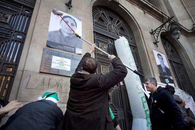 Pasting bills at Caixa Catalunya